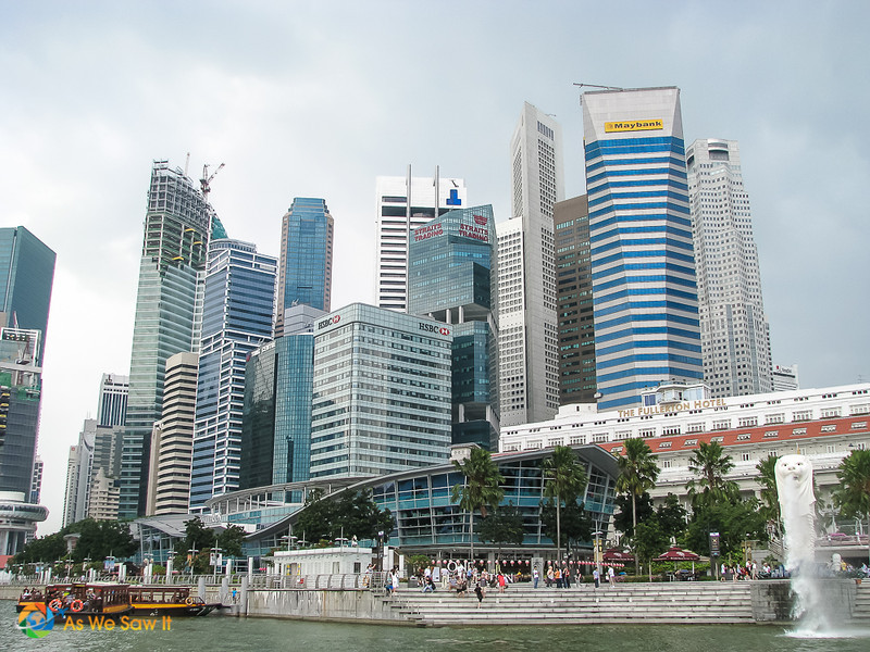 Merlion park in front of the fullerton hotel