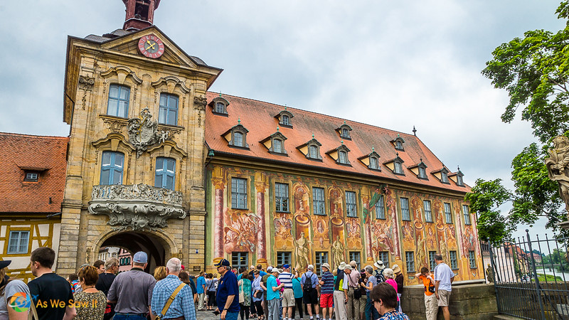 Tourists in front of the Bamberg Altes Rathaus