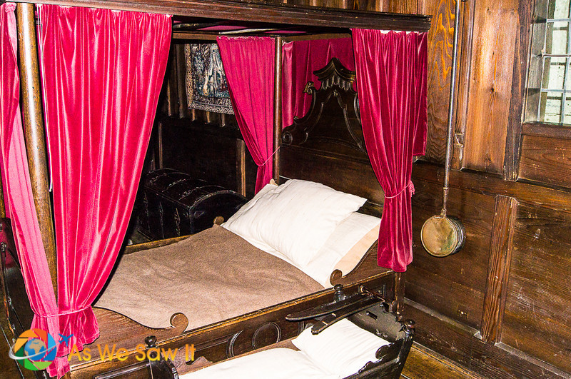 The canopied bed at Marksburg Castle has red curtains.