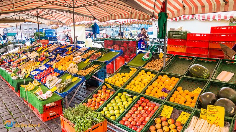 Market in Nuremberg's Hauptmarkt