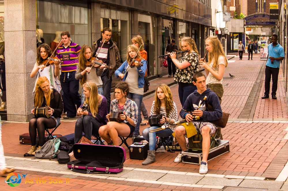 Watching street performers is one of the things to do in Dublin.
