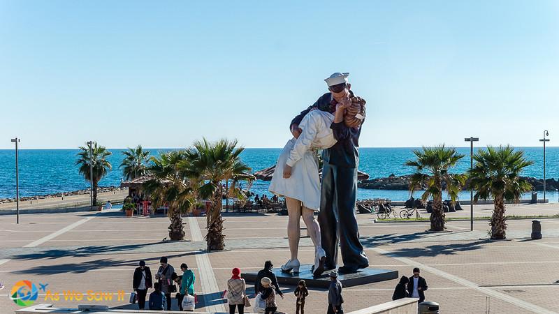 Unconditional Surrender statue of kissing couple on Civitavecchia waterfront