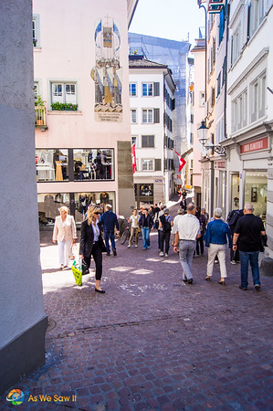 Warm weather in Zurich brings out tourists and locals.