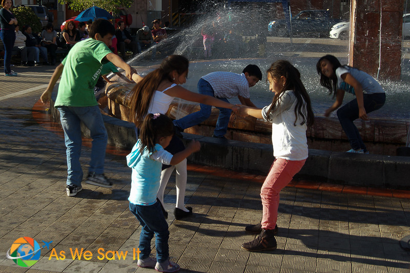 Children play i a fountain in Cuenca's El Centro